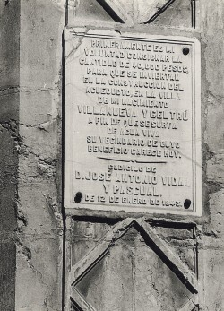 Text del llegat de Vidal i Pascual, que figura en la placa que hi ha a la font de la plaça Miró